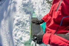 Freerider de mens installeert lijmcamus op skis, in sneeuw wilde bergen royalty-vrije stock afbeelding