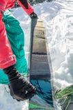 Freerider de mens installeert lijmcamus op skis, in sneeuw wilde bergen stock foto's