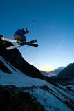 Freerider, saltando no montanhas imagens de stock