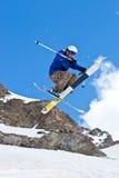 Freerider, saltando no montanhas imagens de stock royalty free