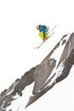 Freerider saltando no montanhas imagem de stock