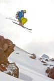 Freerider saltando no montanhas fotografia de stock royalty free