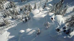 Freerider snowboarderdaling van de satellietbeeldhommel in poedersneeuw stock videobeelden