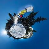 Freerider Springen des Snowboarders von der Schneerampe Kugelförmiges Panorama 360 wenig Planet Stockfoto