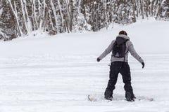 Freeriding żeński snowboarder z kopii przestrzenią. Obrazy Royalty Free