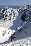 Freeriding Το Skialpinist κατά τη διάρκεια οδηγά προς τα κάτω gully στα βουνά στοκ εικόνες