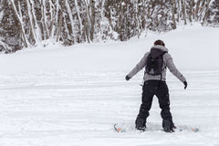 Freeriding av en kvinnlig snowboarder med kopieringsutrymme. Royaltyfria Bilder