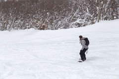 Freeriding av en kvinnlig snowboarder med kopieringsutrymme. Arkivfoton