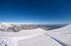 Freeriding sul pendio nevoso fresco, vista panoramica, alpi italiane Fotografie Stock