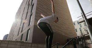 Freerunner che fa le vibrazioni nella città archivi video