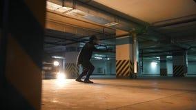 Freerunner del tipo che fa una serie di salti, di salti mortali e di acrobazie, elementi acrobatici del parkour, movimento lento archivi video
