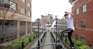 Freerunner que equilibra em uma ponte filme