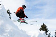 Freeskier in een sprong stock fotografie
