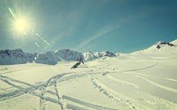 Freeskiing滑雪者山 免版税库存照片