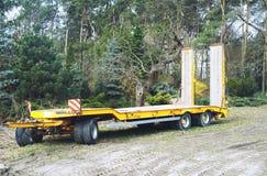 Freestanding holownicza ciężarówka w zielonym terenie, zdjęcie royalty free