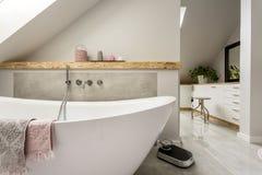 Freestanding skąpanie w popielatej łazience zdjęcie royalty free