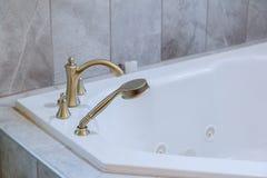 Freestanding skąpanie z kąpielową białą nowożytną łazienką zdjęcie stock