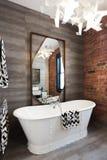 Freestanding uitstekende ton van het stijlbad in vernieuwd pakhuis apart royalty-vrije stock fotografie