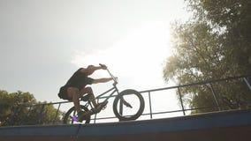freestyle BMX jeździec ono ślizga się na rowerze na rampie w łyżwa parku Uliczna kultura zdjęcie wideo
