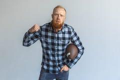 freestyle Condizione matura dell'uomo isolata su grigio con il pugno di rappresentazione della palla aggressivo fotografia stock