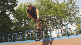 freestyle El jinete de BMX resbala en la bici en rampa en parque del patín Cultura de la calle almacen de video