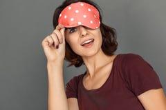 freestyle Jovem mulher na máscara do sono no close-up entusiasmado de vista cinzento da câmera fotografia de stock