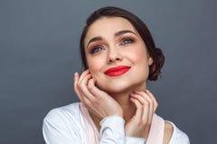 freestyle Kobiety pozycja na popielatej macanie twarzy przyglądającej w górę dreamful w górę fotografia royalty free