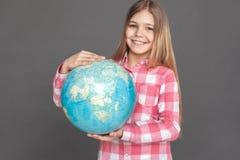 freestyle Meisje die zich op grijs met bol bevinden die vrolijk close-up glimlachen royalty-vrije stock afbeeldingen