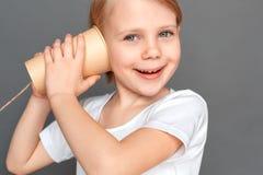 freestyle A menina isolada no jogo cinzento com lata pode telefonar ao close-up entusiasmado de sorriso foto de stock royalty free