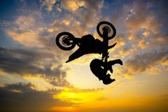 Freestyle motocross al tramonto royalty illustrazione gratis