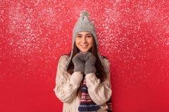 freestyle Position de port d'écharpe et de chapeau de jeune femme d'isolement sur le coeur de fabrication rouge avec le sourire d photographie stock libre de droits