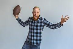 freestyle Position mûre d'homme d'isolement sur des cris de lancement gris de boule enthousiastes photo stock