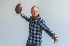freestyle Position mûre d'homme d'isolement sur la boule de lancement grise motivée photo libre de droits