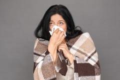 freestyle Signora matura nella condizione della coperta del plaid isolata sul naso di salto grigio nel primo piano del tessuto fotografie stock libere da diritti