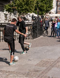 Freestylers du football sur la rue Photo libre de droits