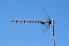 Freeview TVantenn på den blåa skyen Arkivbilder