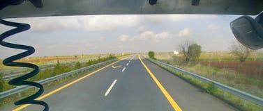 freeway Viagem do carro ao longo dos montes fotos de stock royalty free