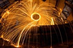 Freezelight χρησιμοποιώντας το περιστρεφόμενο καίγοντας μαλλί χάλυβα και την πυροτεχνουργία στο εγκαταλειμμένο γεγονός Στοκ Φωτογραφία