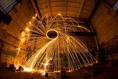 Freezelight χρησιμοποιώντας το περιστρεφόμενο καίγοντας μαλλί χάλυβα και την πυροτεχνουργία στο εγκαταλειμμένο γεγονός Στοκ Φωτογραφίες