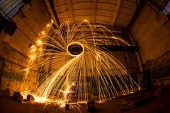 Freezelight używać przędzalnianą płonącą stalową wełnę i pirotechnika w zaniechanym fact Zdjęcia Stock
