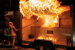 Frefighter crée le grand aérolithe dans la démonstration de sécurité incendie images libres de droits