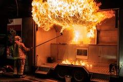 Frefighter crea la bola de fuego grande en la demostración de la seguridad contra incendios imágenes de archivo libres de regalías
