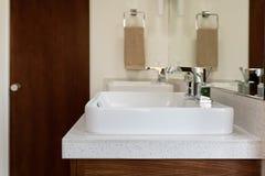 Fregadero blanco del cuarto de baño Imagen de archivo libre de regalías
