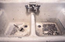 Fregadero blanco viejo sucio del trabajo de la porcelana con la brocha secada que se sienta en crudo sucio foto de archivo