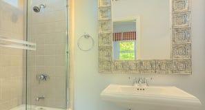 Fregadero con las puertas de la ducha del espejo y del vidrio imagen de archivo libre de regalías