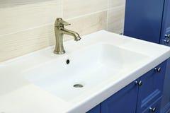 Fregadero cuadrado moderno en el cuarto de baño foto de archivo libre de regalías
