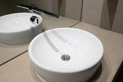 Fregadero de cerámica con el sensor sin contacto imagenes de archivo