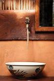 Fregadero de cerámica del servicio del vintage hermoso en septentrional de Tailandia imagen de archivo libre de regalías