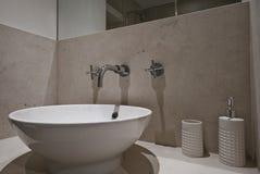 Fregadero de cerámica del cuarto de baño Imágenes de archivo libres de regalías
