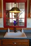 Fregadero de cocina americano tradicional de la casa del estilo imagen de archivo